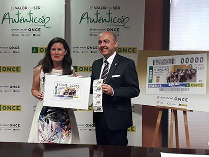 Raquel Pérez Valcárcel y Miguel Jaime Angós presentan el cupón dedicado al Paloteo de Longares