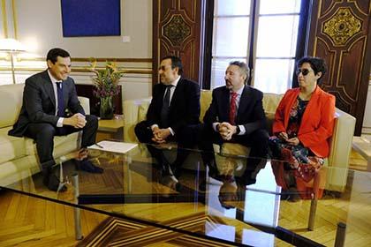 El presidente de la Junta de Andalucía, Juan Manuel Moreno junto a Miguel Carballeda, Cristóbal Martínez e Isabel Viruet