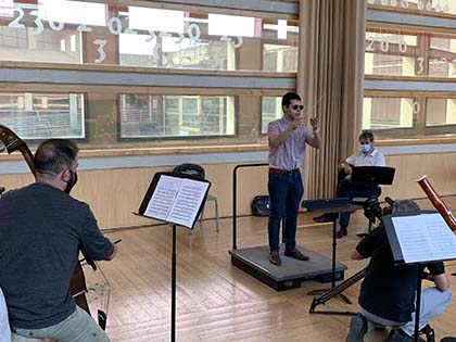 Adrián Rincón dirigiendo en los ensayos