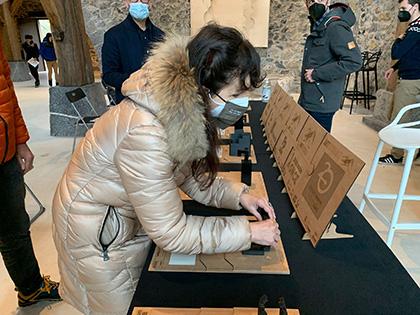 Una mujer ciega toca una de las esculturas