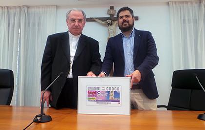 Fernando Iglesias (derecha) y Celso Morga presentan el cupón dedicado al reloj de la Catedral de San Juan Bautista