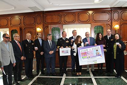 Foto de familia de la presentación del cupón dedicado al reloj de la puerta del Arsenal Militar de Cartagena