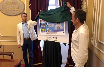 Alberto Ríos y José Ramón Páez destapan el cartel con la imagen del cupón