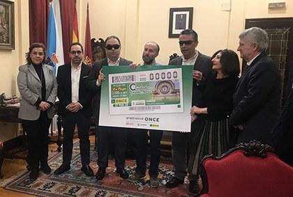 Foto de familia de la presentación del cupón dedicado al reloj del Ayuntamiento de Ourense