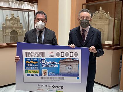 El alcalde de Sevilla y el Delegado territorial de la ONCE presentan el cupón del reloj del Ayuntamiento