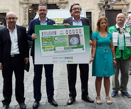 Foto de familia de la presentación del cuoón dedicado al Reloj d´en Figuera