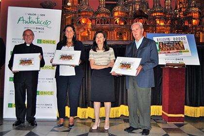 Presentación del cupón de la ONCE deciado a la carroza de la Basílica del Pilar del Rosario de Cristal