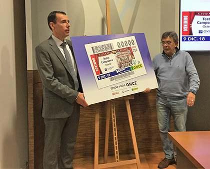 Pedro Ortiz Castillo y Roberto Sánchez Ramos presentan el cupón dedicado al teatro Campoamor de Oviedo