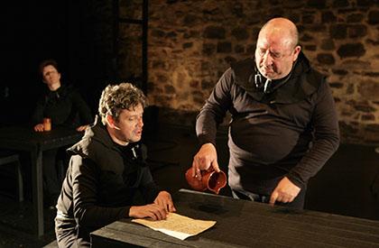 Dos de los actores de La Ruina en un momento de la representación
