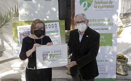 Imelda Fernández y José María Jiménez, con una copia enmarcada del cupón