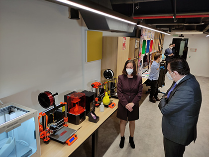 Schinas visits an exhibition with technology to print 3D objects adapted for people with disabilities