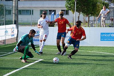 España defiende una jugada de ataque de Turquía