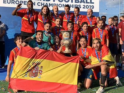 La selección española con la copa de campeones de Europa