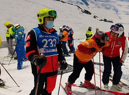 Esquiadores ciegos junto a sus guías