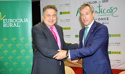 El delegado territorial y el presidente de Eurocaja estrechan sus manos tras la firma del convenio