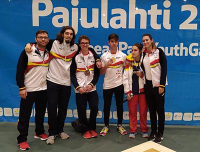 Equipo español de jóvenes judokas ciegos con sus medallas