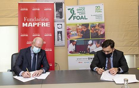 Firma del acuerdo entre Fundación MAPFRE y FOAL