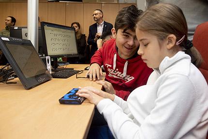 Estudiantes con sordoceguera utilizando las líneas braille