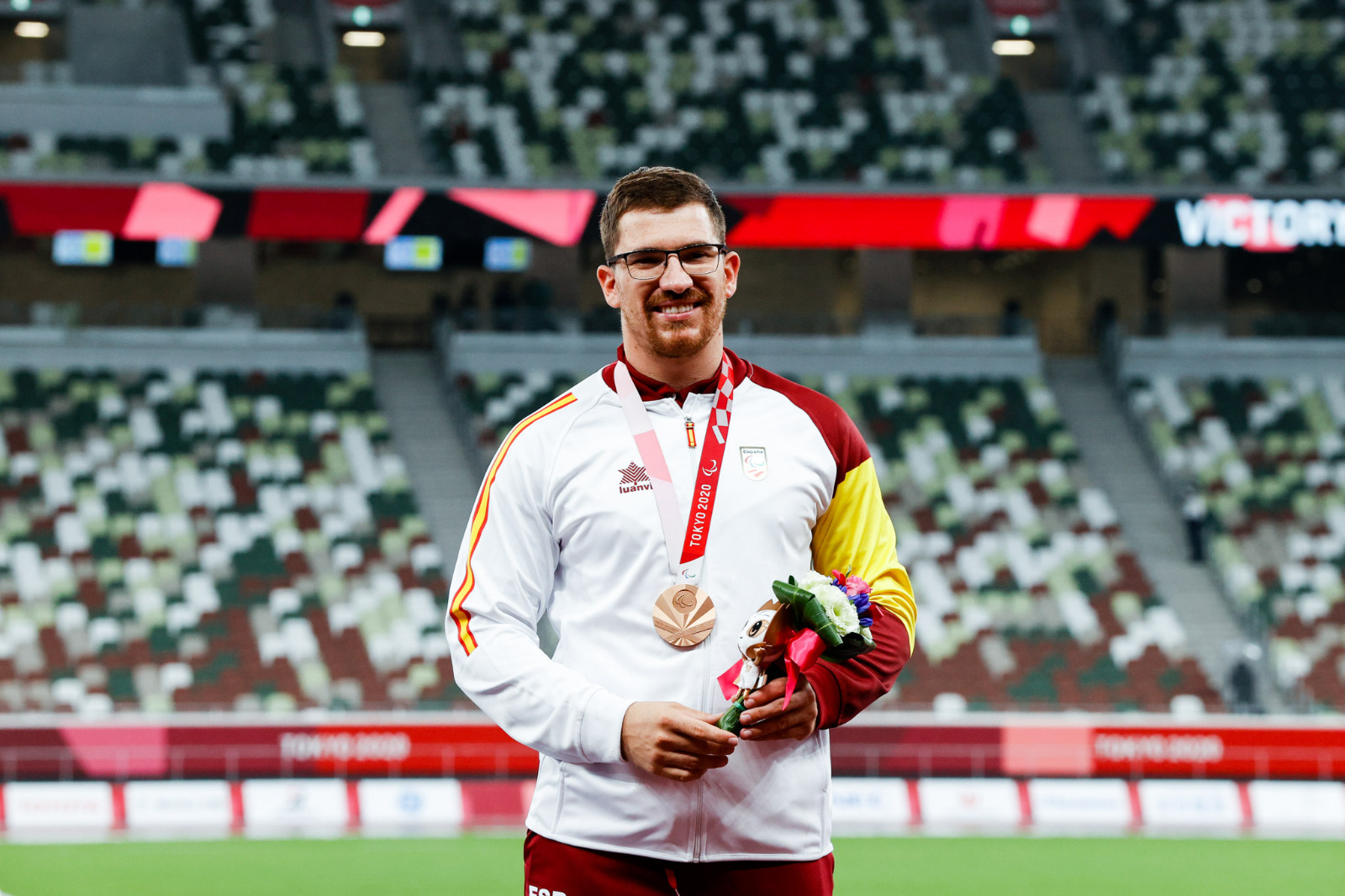 Entrega de la medalla de bronce a Héctor Cabrera