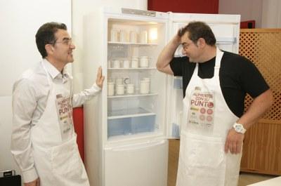 Andrés muestra a Sergio el frigorífico con alimentos en blanco
