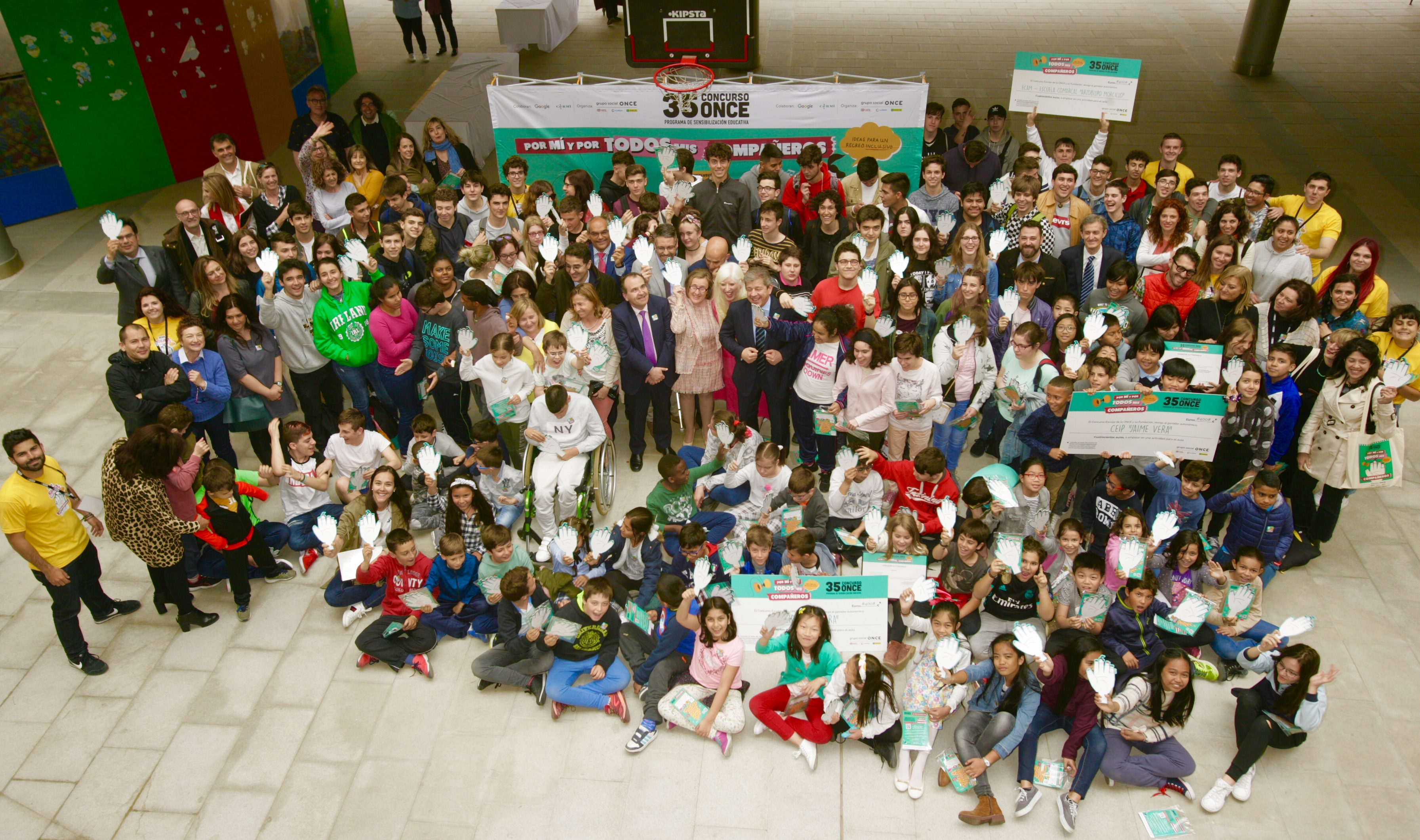 Foto aérea con todos los ganadores del 35 Concurso Escolar