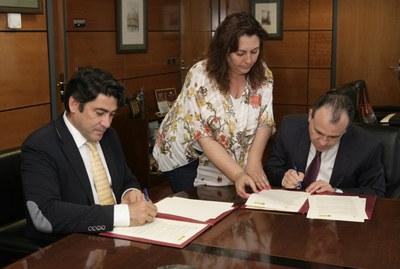 El alcalde de Alcorcón y el delegado territorial firmando el protocolo