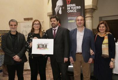 Foto de familia con el cupón dedicado a la 17 Bienal de Teatro