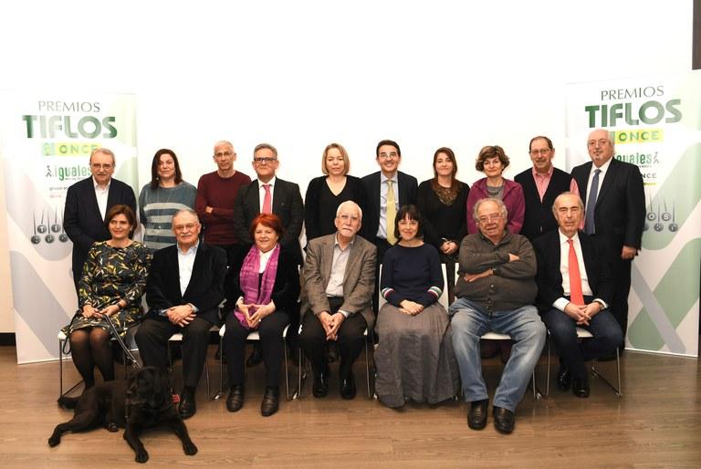 Foto de familia de todos los jurados de los 33 Premios Tiflos de Literatura