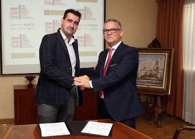 Ignacio García y Ángel Luis Gómez estrechan la mano tras la firma del convenio entre ONCE y Festival de Almagro