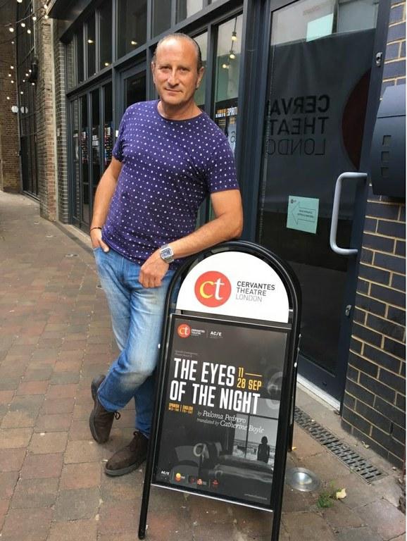 Josema Gómez junto al cartel de las actuaciones en el Cervantes Theatre de Londres