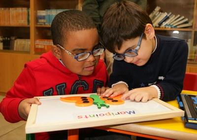 Dos alumnos ciegos de Infantil utilizando Braitico
