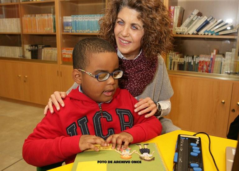 Un alumno ciego junto a su maestra también ciega