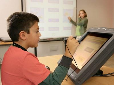 Un niño ciego utilizando una pizarra digital en el aula