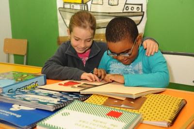 Un niño y una niña ciegos utilizando material en relieve dentro del aula