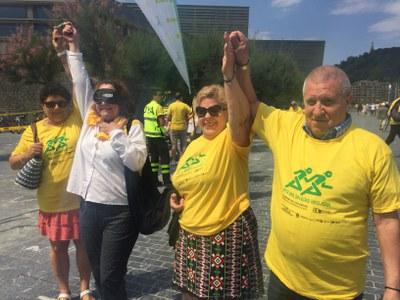 2018 Dos de las parejas celebran la llegada a meta en la Carrera de Cascabeles de Donostia