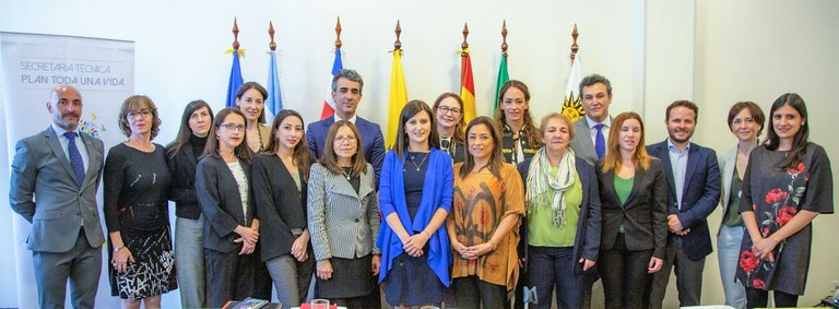 Foto de familia de los participantes en la reunión en Ecuador de la Cumbre Iberoamericana
