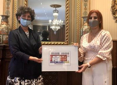 La teniente de alcalde de Vitoria y la directora de ONCE Álava presentan el cupón del 23 de agosto