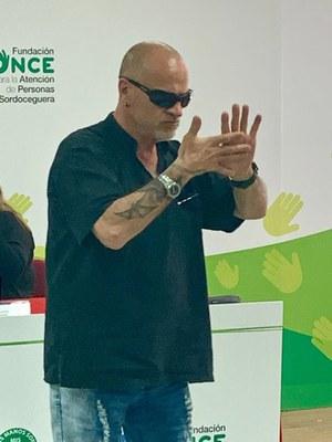 Carlos Martínez, persona con sordoceguera que practica deporte