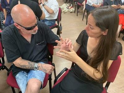 Persona sordociega con guía intérprete