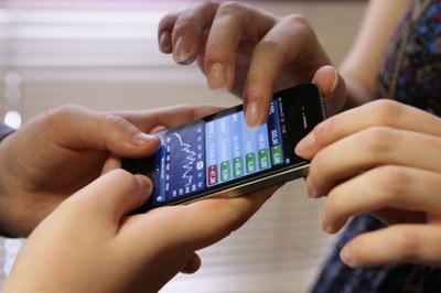 Dos personas ciegas acceden a una aplicación móvil accesible