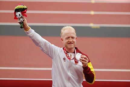 Iván Cano con su medalla de plata en el pódium del Estadio Olímpico de Tokio