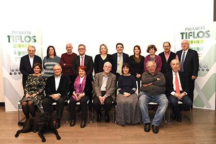 Foto de familia con todos los miembros de los jurados de los Premios Tiflos de Literatura 2019