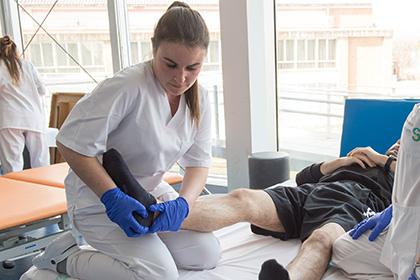 Imagen de archivo de una alumna de la Escuela de Fsisioterìa de la ONCE durante unas prácticas en el Hospital de Parapléjicos de Toledo