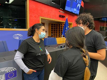 La eurodiputada Mónica Silvana junto a dos de los jóvenes con discapacidad españoles