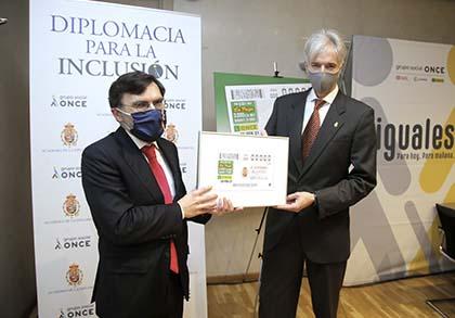 Alberto Durán y Santiago Velo de Antelo, con una lámina enmarcada con el cupón