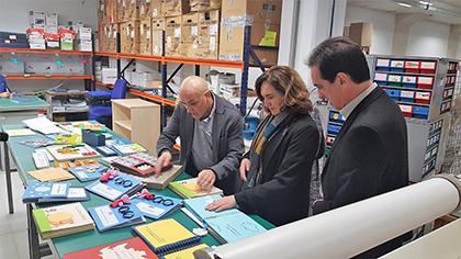 Ada Colau y Enric Botí atienden las explicaciones de Claudio Muñoz, director del Servicio de Braille