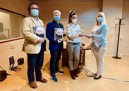 Representantes de ALBA, Sonolia y autor entregando libro al SBO