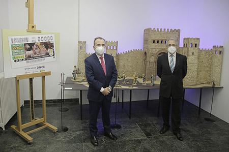 Foto familia junto al cupón dedicado al 75 aniversario de la Asociación de Belenistas de Madrid