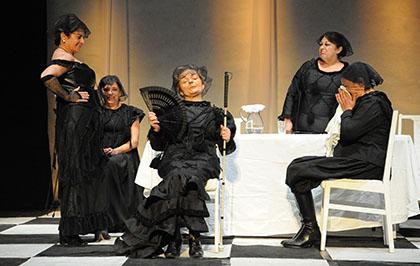 Las actrices de Jacaranda11 en uno de los momentos de la representación de 'La___ Bernarda'