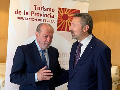 Fernando Rodríguez Villalobos, y Cristóbal Martínez Fernández, tras la firma del acuerdo